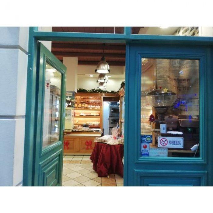 Πωλείται πρατήριο άρτου ζαχαροπλαστειο καφέ σε κεντρικό δρόμο.. Δίπλα στάση λεωφορείου.. Μετρό και με πυκνομενη κατοικισιμη περιοχή